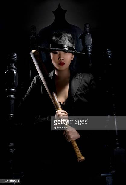 Sexy giovane donna asiatica, Gangster con mazza su Trono