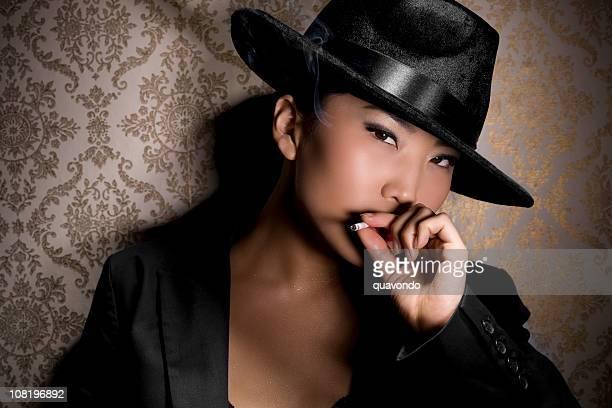 Asiatica giovane donna Gangster nel fumo nero cappello Fedora, Copyspace