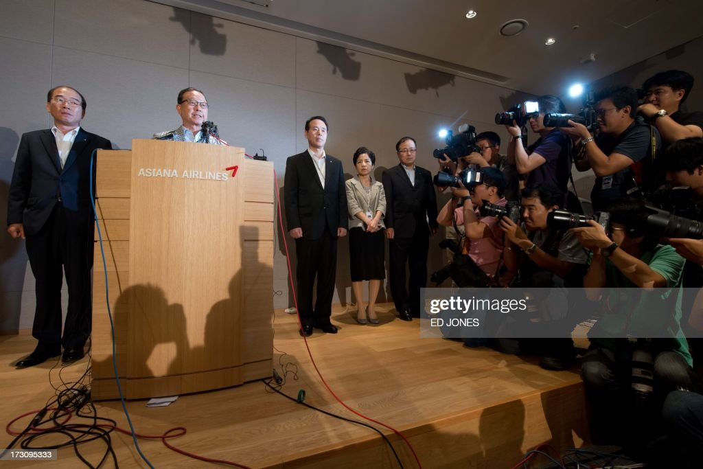 Asiana Airlines CEO Yoon Young-doo (2nd L) stands with other executives as he makes a statement during a press conference at the company headquarters building in Seoul on July 7, 2013. At least two people were killed and 130 injured when an Asiana Airlines Boeing 777 jet crashed and caught fire as it landed short of the runway at San Francisco International Airport. AFP PHOTO / Ed Jones