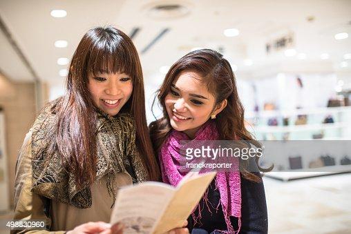 アジアご友人とご一緒に、東京の地下鉄マップリーティング