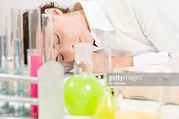 Schlafende Frau im Labor, isoliert auf weiss