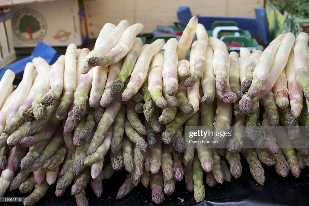 Asparagus for sale in a market in Provence, France : Stock Photo