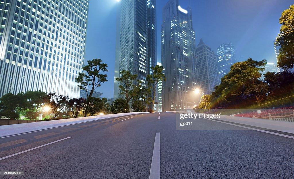 Estrada de asfalto e cidade moderna : Foto de stock