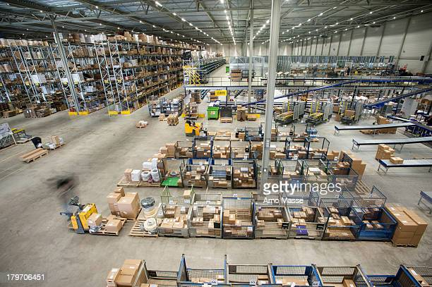 Assembling orders in distribution warehouse