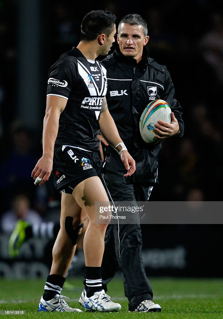 Assistant coach Ivan Cleary (R) of New Zealand speaks with Shaun Johnson before the Rugby League World Cup Group B match at Headingley Stadium on November 8, 2013 in Leeds, England.
