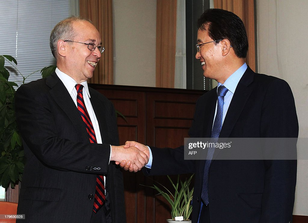 US Assistant Secretary of State for East Asian and Pacific Affairs Daniel Russel (L) shakes hands with his South Korean counterpart Lee Kyung-soo during their meeting at the Foreign Ministry in Seoul, South Korea on September 6 2013. Russel is in Seoul to discuss issues of mutual concerns, including efforts to denuclearize North Korea. AFP Photo / POOL / Ahn Young-joon