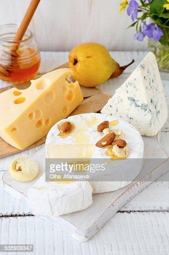 Surtido de queso en una tabla de cortar : Foto de stock