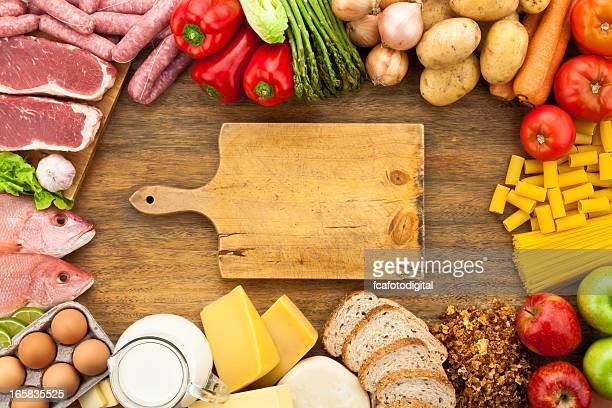 Verschiedene Speisen Rand auf Holztisch Aufnahme von oben