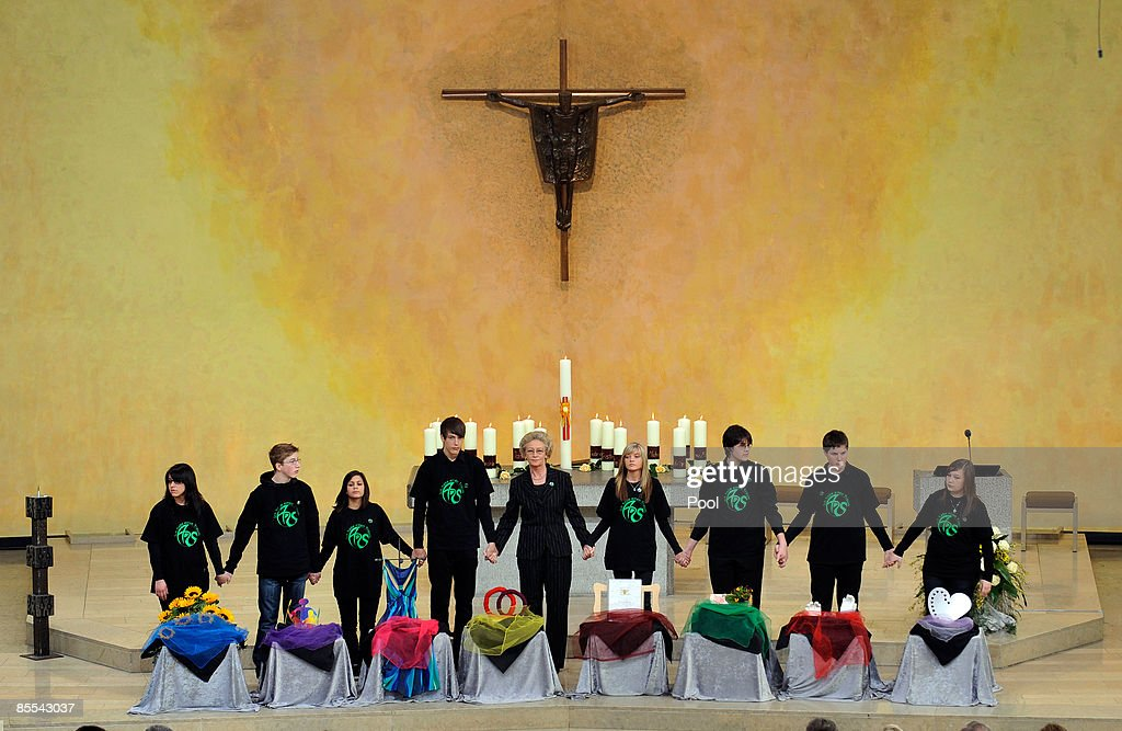 Astrid Hahn Albertville high school headteacher and her students attend a memorial service at the Sankt Karl Barromaeus church on March 21 2009 in...