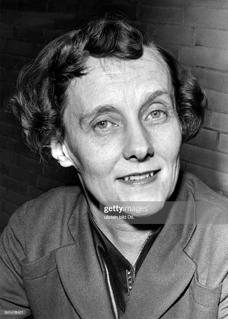 <a gi-track='captionPersonalityLinkClicked' href=/galleries/search?phrase=Astrid+Lindgren&family=editorial&specificpeople=903526 ng-click='$event.stopPropagation()'>Astrid Lindgren</a> *-+Schriftstellerin, Kinderbuchautorin,SchwedenPorträt- 1957