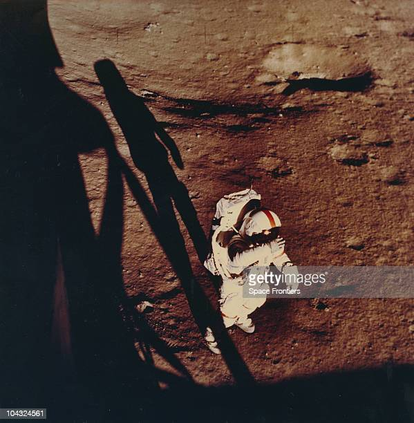 alan b. shepard astronaut on the surface of the moon nasa 1971 - photo #13