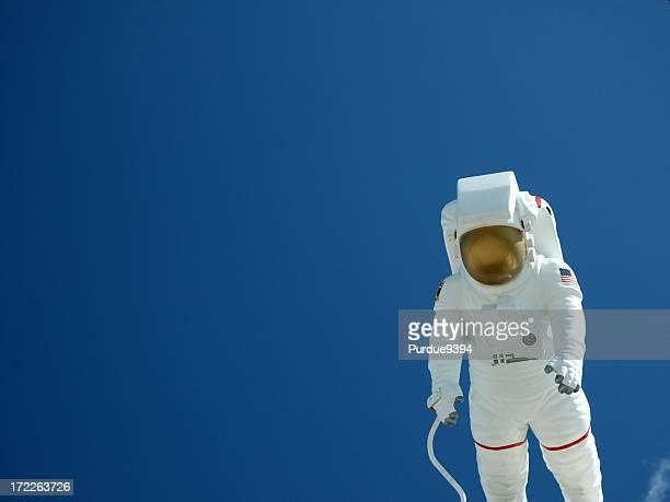 Astronaut gegen einen blauen Himmel schweben