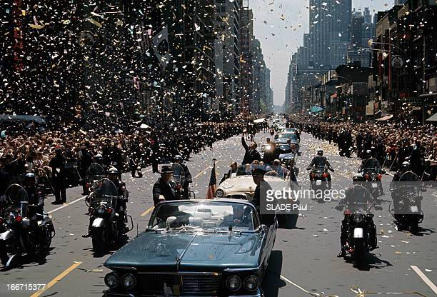 Astronaut Gordon Cooper Receives A Ticker Tape Parade In New York En mai 1963 dans une rue de New York l'astronaute Gordon COOPER dans une voiture...