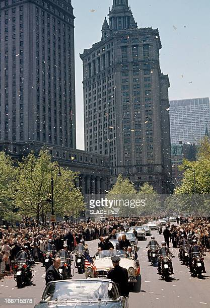 Astronaut Gordon Cooper Receives A Ticker Tape Parade In New York En mai 1963 dans une rue de NewYork l'astronaute Gordon COOPER dans une voiture...