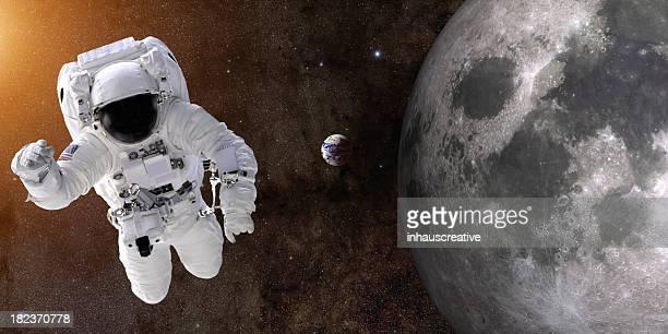 Astronaute dans un espace de près de Moon