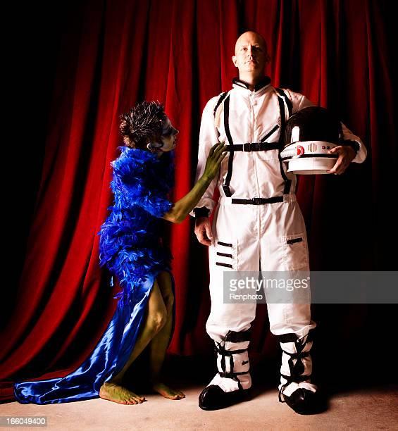 Astronaute homme et femme mystérieuse