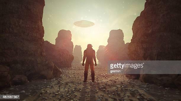 Astronaute sur lointain planète découvrir OVNI