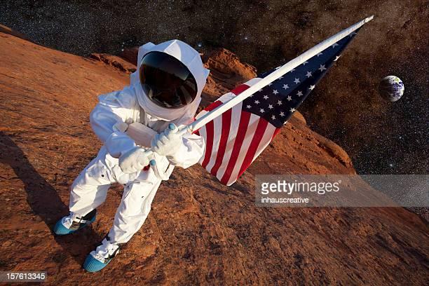 Astronauta su Mars con una bandiera americana