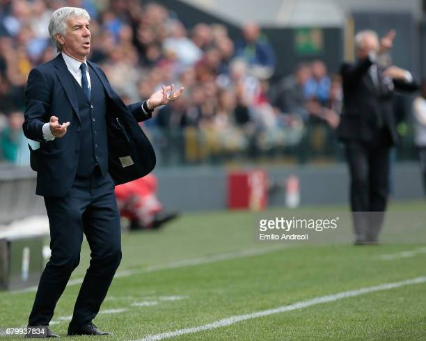 Atalanta BC coach Gian Piero Gasperini issues instructions to his players during the Serie A match between Udinese Calcio and Atalanta BC at Stadio...