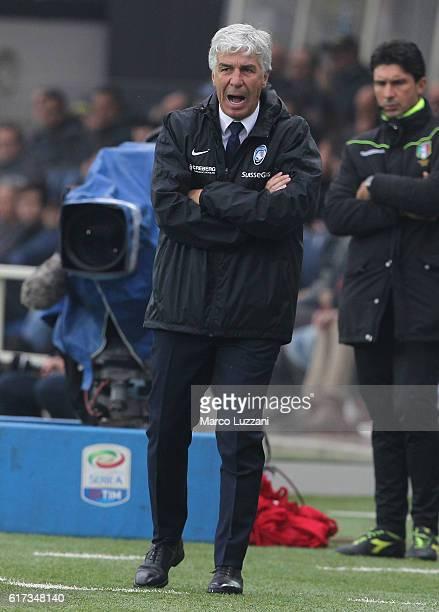 Atalanta BC coach Gian Piero Gasperini shouts to his players during the Serie A match between Atalanta BC and FC Internazionale at Stadio Atleti...