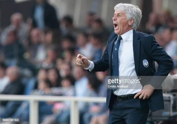 Atalanta BC coach Gian Piero Gasperini shouts to his players during the Serie A match between Atalanta BC and US Sassuolo at Stadio Atleti Azzurri...