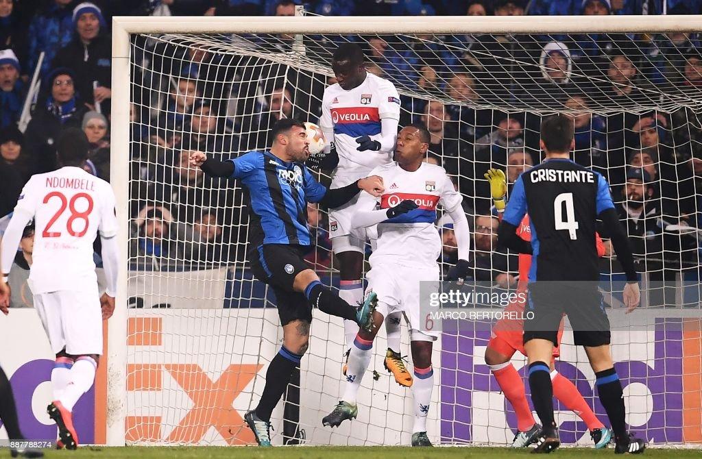 Atalanta's forward Andrea Petagna (2L) scores during the UEFA Europa League group E football match Atalanta vs Olympique Lyonnais at The Mapei Stadium in Reggio Emilia on December 7, 2017. /