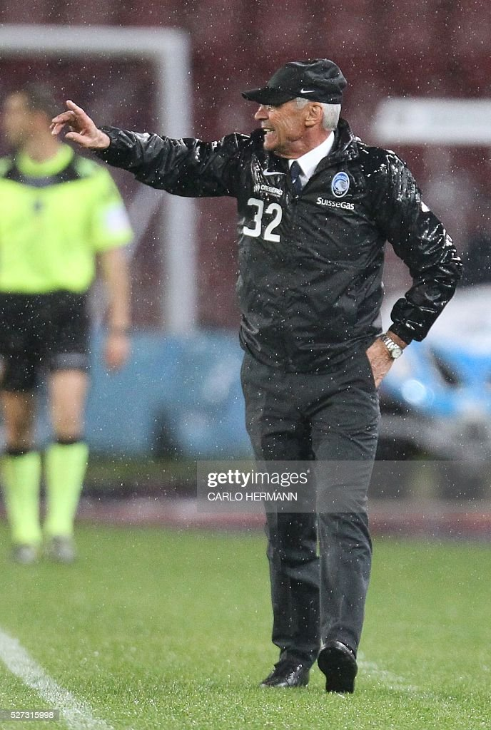 Atalanta's Italian coach Edoardo Reja gestures during the Italian Serie A football match between SSC Napoli and Atalanta BC at San Paolo stadium in Naples on May 2, 2016. / AFP / CARLO