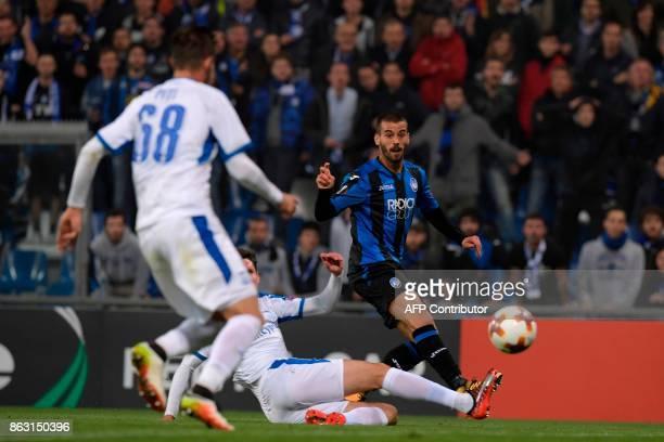 Atalanta'sItalian midfielder Leonardo Spinazzola kicks the ball during the UEFA Europa League group E football match Atalanta vs Apollon Limassol at...