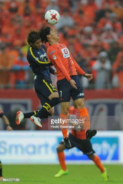 Ataru Esaka of Omiya Ardija and Junya Ito of Kashiwa Reysol compete for the ball during the JLeague J1 match between Omiya Ardija and Kashiwa Reysol...