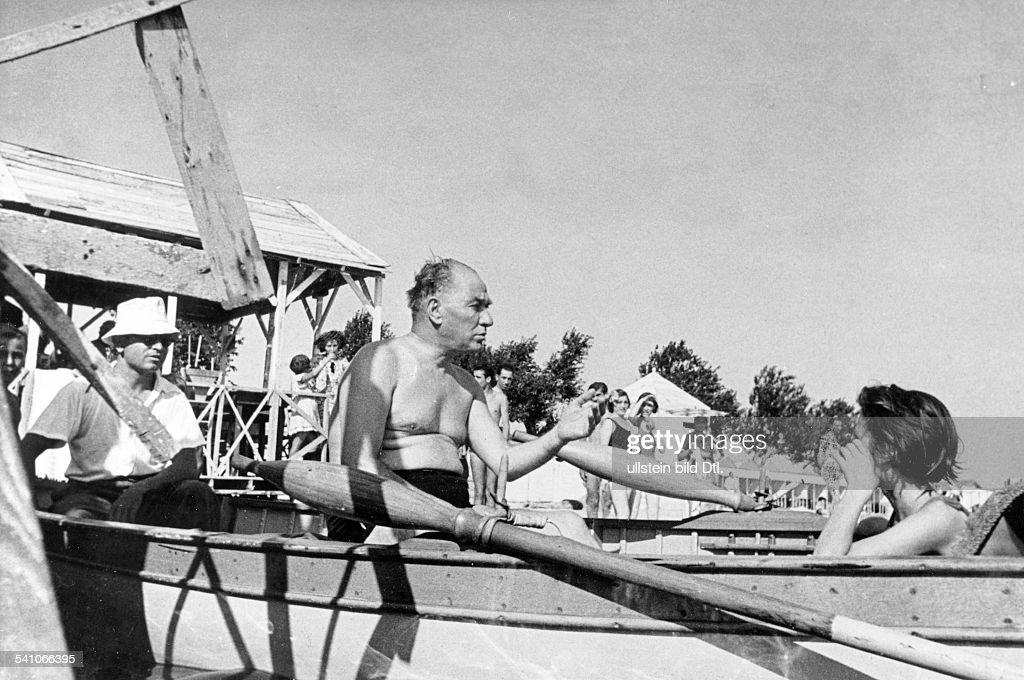 Atatuerk, Kemal *12.03.1881-+Politiker, Türkeilässt sich von einer Türkin am Strandfotografieren- 1936