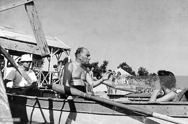 Atatuerk Kemal *12031881Politiker Türkeilässt sich von einer Türkin am Strandfotografieren 1936