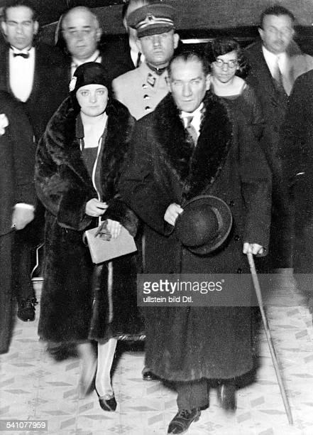 Atatuerk Kemal *12031881Politiker Türkeimit seiner Adoptivtochter Afer Haninder ersten Türkin die Mitglied in einerpolitischen Partei wurde 1930