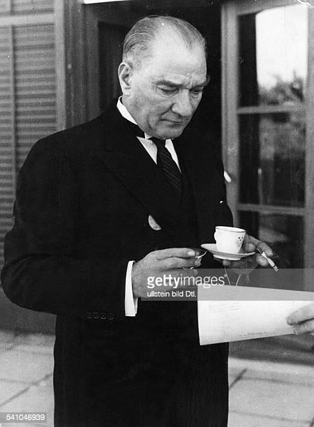 Atatuerk Kemal *12031881Politiker Türkeitrinkt Kaffee am Rande des Empfangs fürden schwedischen König in AnkaraOktober 1934