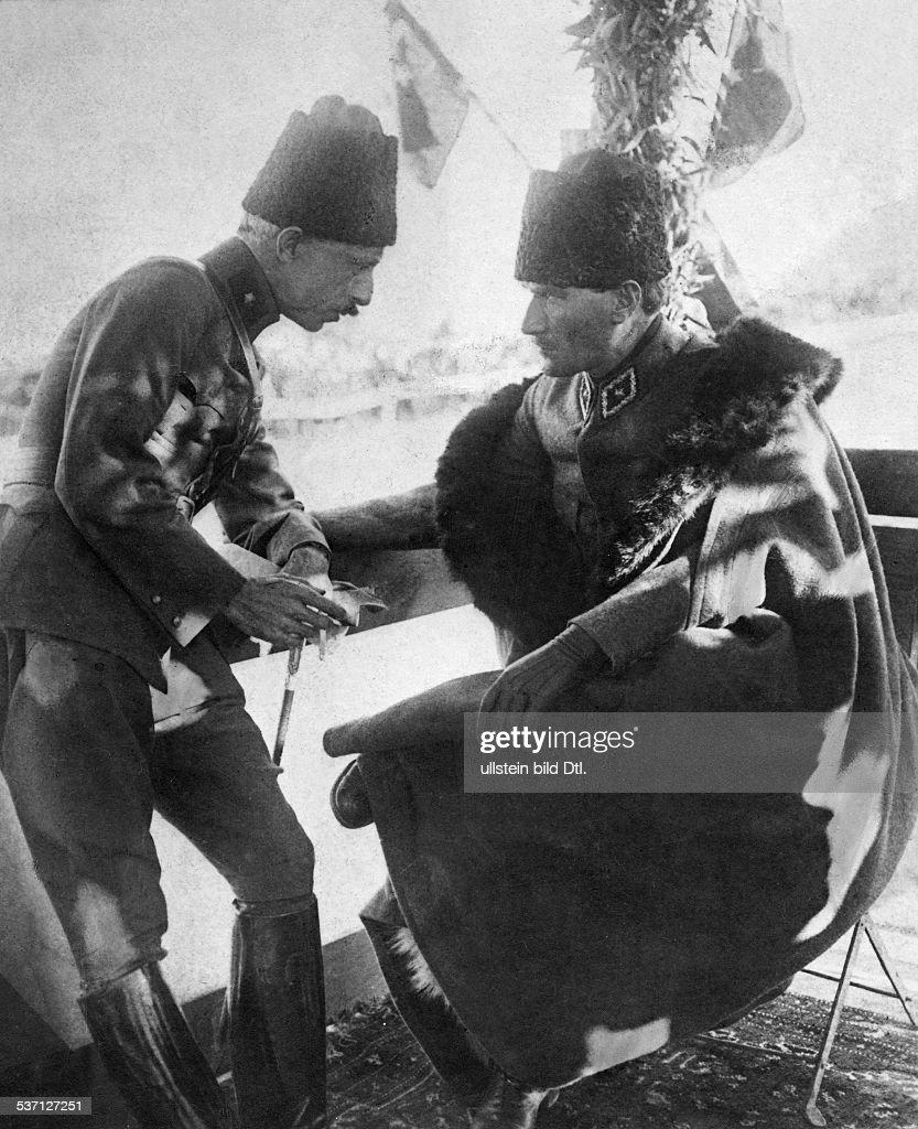 Atatuerk, Kemal (*12.03.1881-+) , Politiker, Feldherr Türkei, als Führer der türkischen Armee im, Gespräch mit einem Offizier während des, türkisch/griechischen Krieges., 1922