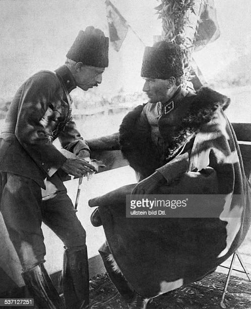 Atatuerk Kemal Politiker Feldherr Türkei als Führer der türkischen Armee im Gespräch mit einem Offizier während des türkisch/griechischen Krieges 1922