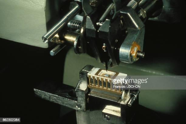 Atelier de fabrication de composants électroniques dans une entreprise informatique de la Silicon Valley en novembre 1981 aux EtatsUnis