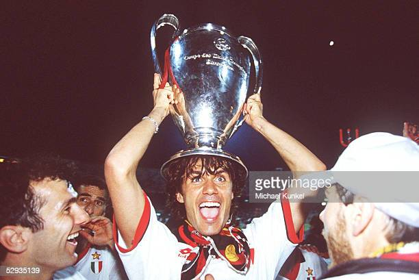 LEAGUE 93/94 FINALE 1994 Athen AC MAILAND FC BARCELONA 40 JUBEL Paolo MALDINI/MAILAND mit Pokal