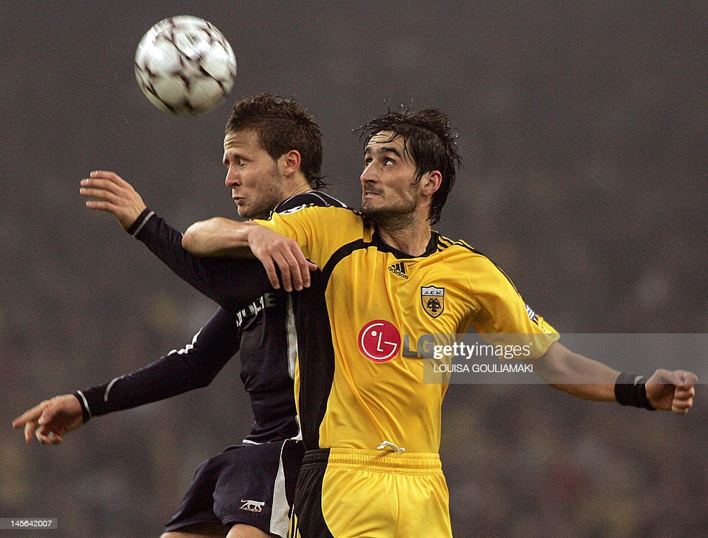 AEK Athens' Nikos Liberopoulos (R) is challenged by Losc Lille's Nicolas Faufergue during their group H Champions league match at the Olympic stadium in Athens, 01 November 2006.
