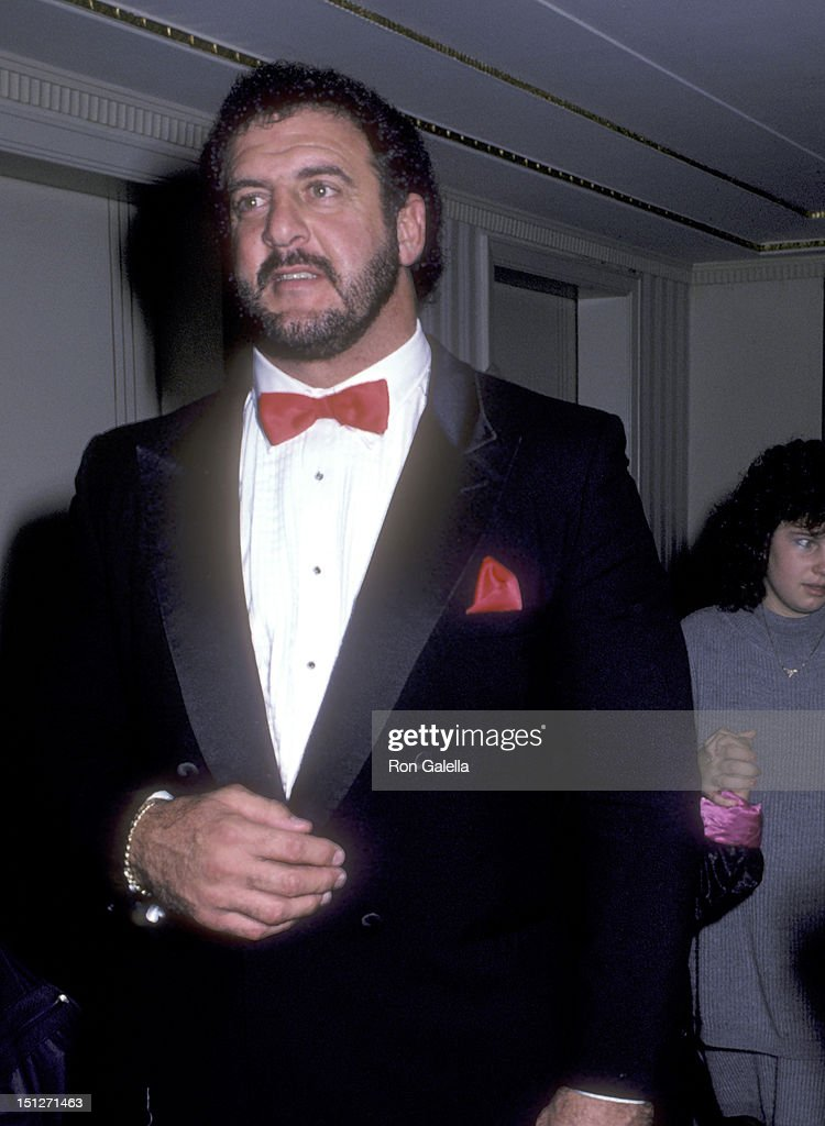 Athlete <a gi-track='captionPersonalityLinkClicked' href=/galleries/search?phrase=Lyle+Alzado&family=editorial&specificpeople=544733 ng-click='$event.stopPropagation()'>Lyle Alzado</a> attends The First Annual Great Sports Legends Dinner to Benefit The Marc Buoniconti Fund/Miami Project to Cure Paralysis on October 1, 1986 at The Waldorf-Astoria Hotel in New York City.