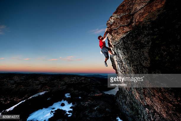 Atleta de una escalada en el crepúsculo