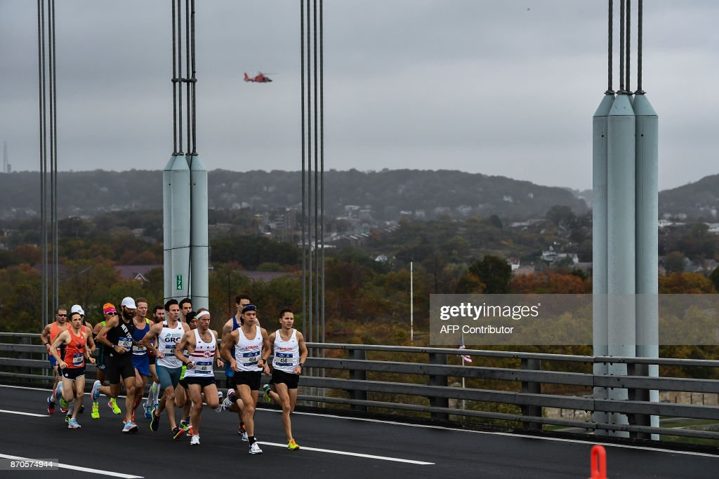 Athletes compete in the Men's Division during the 2017 TCS New York City Marathon in New York on November 5, 2017. Five days after the worst attack on New York since September 11, 2001, the city is staging a show of defiance on November 5, as 50,000runners from around the world are set to participate in the New York Marathon, under heavy security. / AFP PHOTO / Jewel SAMAD