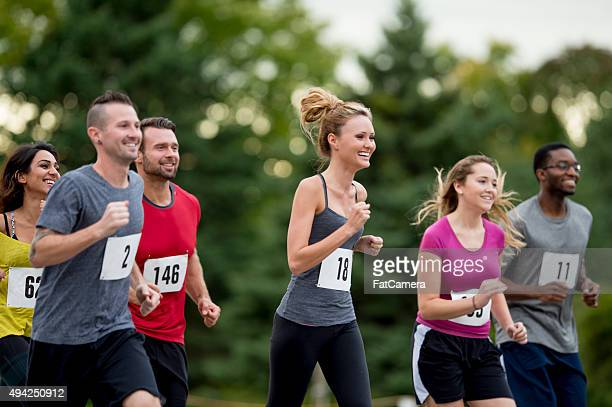 Atleta para correr juntos en una carrera