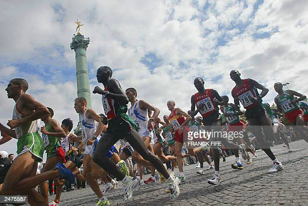 Athletes run through Place de la Concorde in central Paris 30 August 2003 during the men's marathon at the 9th IAAF World Athletics Championships...