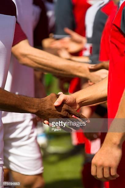 Athleten schütteln Hände vor einem Spiel