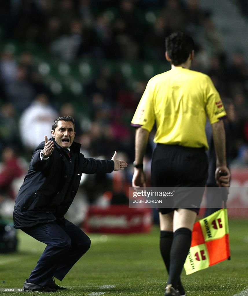 Athletic Bilbao's coach Ernesto Valverde reacts during the Spanish league football match Elche CF vs Athletic Club Bilbao at the Martinez Valero stadium in Elche on March 25, 2014.