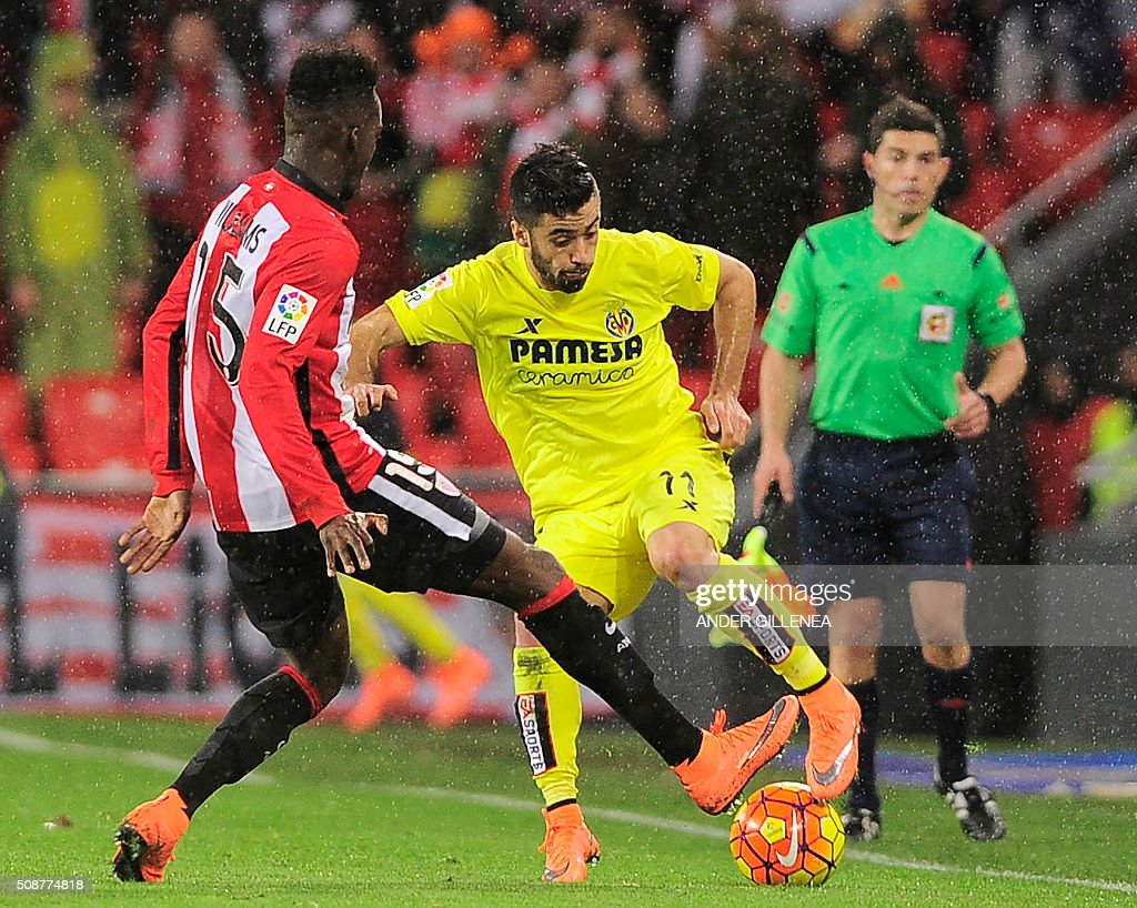 Athletic Bilbao's forward Inaki Williams Arthuer (L) vies with Villarreal's defender Jaume Costa (R) during the Spanish league football match Athletic Club Bilbao vs Villarreal CF at the San Mames stadium in Bilbao on February 6, 2016. AFP PHOTO / ANDER GILLENEA / AFP / ANDER GILLENEA