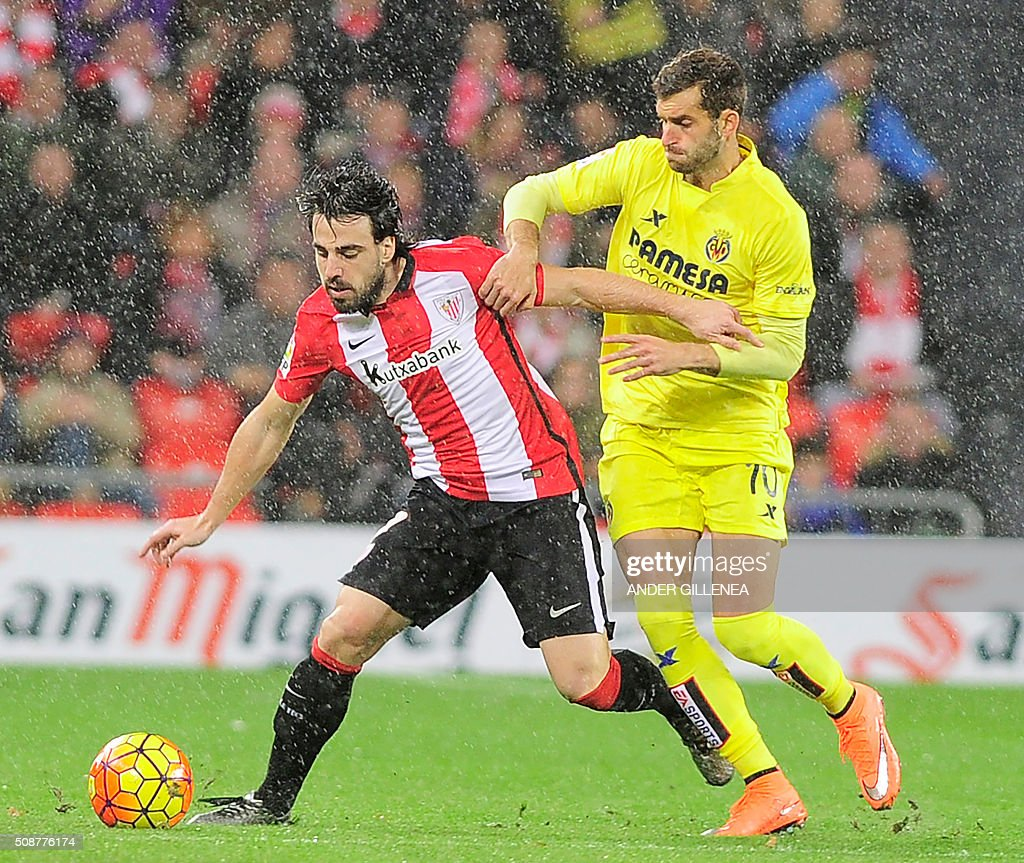Athletic Bilbao's midfielder Benat Etxebarria (L) vies with Villarreal's Brazilian forward Leonardo Carriho Baptistao (R) during the Spanish league football match Athletic Club Bilbao vs Villarreal CF at the San Mames stadium in Bilbao on February 6, 2016. AFP PHOTO / ANDER GILLENEA / AFP / ANDER GILLENEA