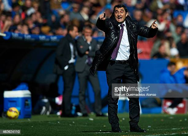 Athletic Club manager Ernesto Valverde gives instructions during the La Liga match between Levante UD and Athletic Club at Ciutat de Valencia on...
