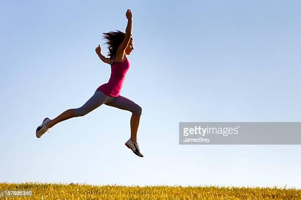 Sportliche Mädchen ist bemüht, höher zu springen, und gehen Sie weiter
