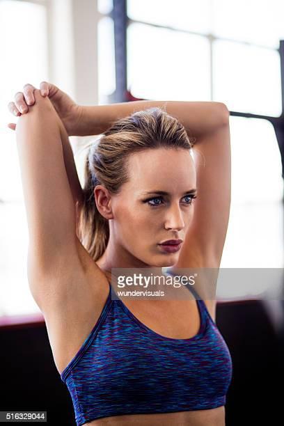 Atletico femminili di riscaldamento prima di CrossFit allenamento in palestra